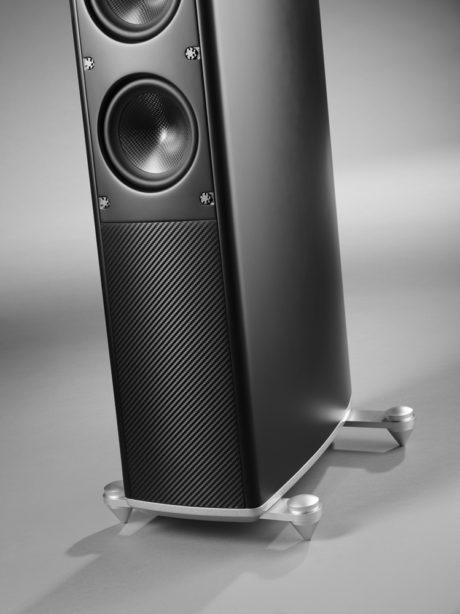Føtter i aluminium gir god kvalitetsfølelse, direkte arvet fra sine dyrere slektninger hos Raidho Acoustics. Foto: Scansonic