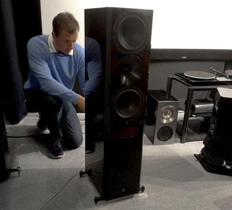 Jan Ove Lassesen monterer 1723 Monitor på et fiffig stativ, som gjør at høyttaleren får fotavtrykket til en gulvstående. Stativet kan sandfylles for enda bedre basskontroll. Foto: Geir Gråbein Nordby