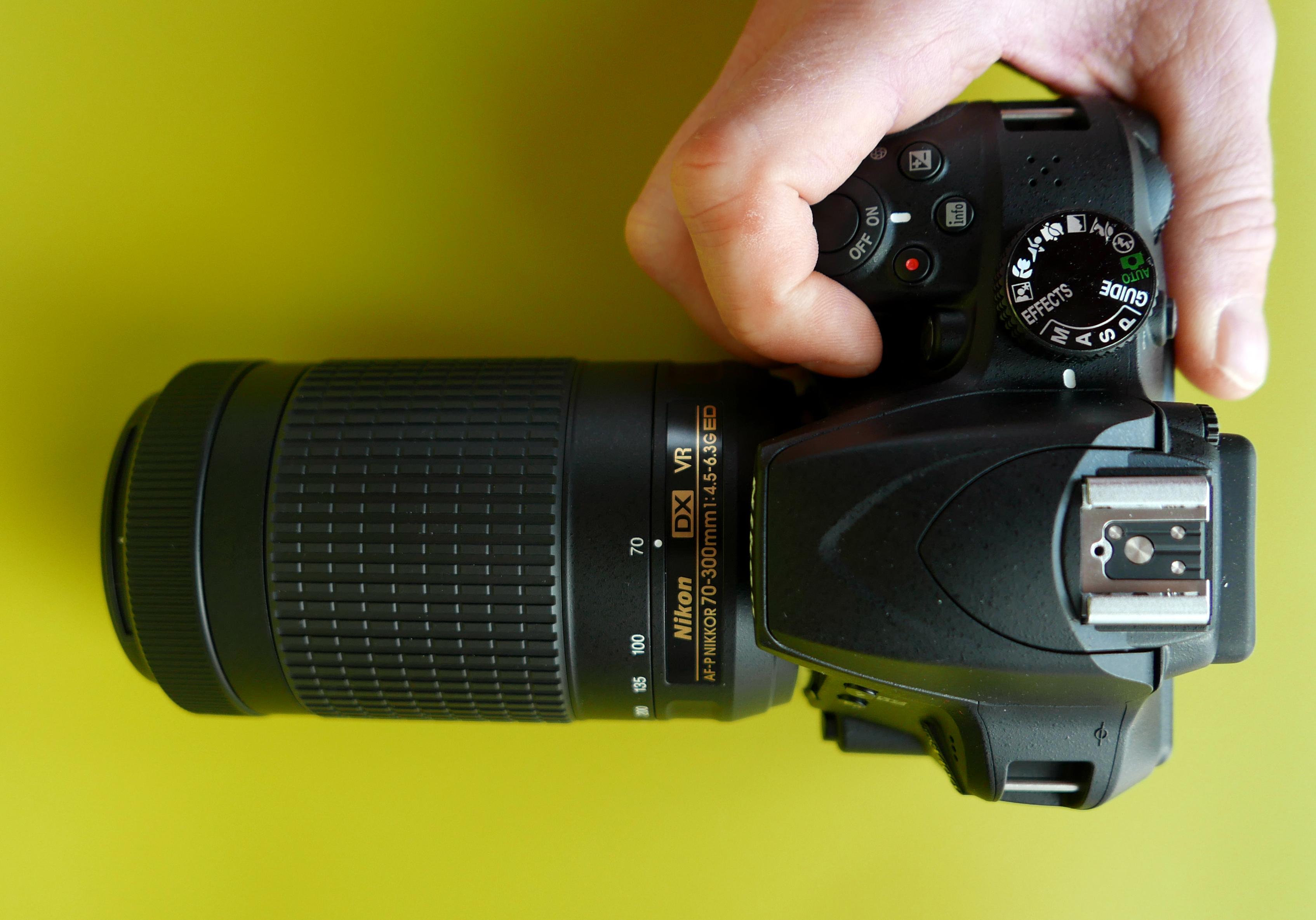 (Foto: Lasse Svendsen) D3400 er et lite kamera, men det ligger ikke så verst i hånden, selv med Nikons 70-300mm zoom.