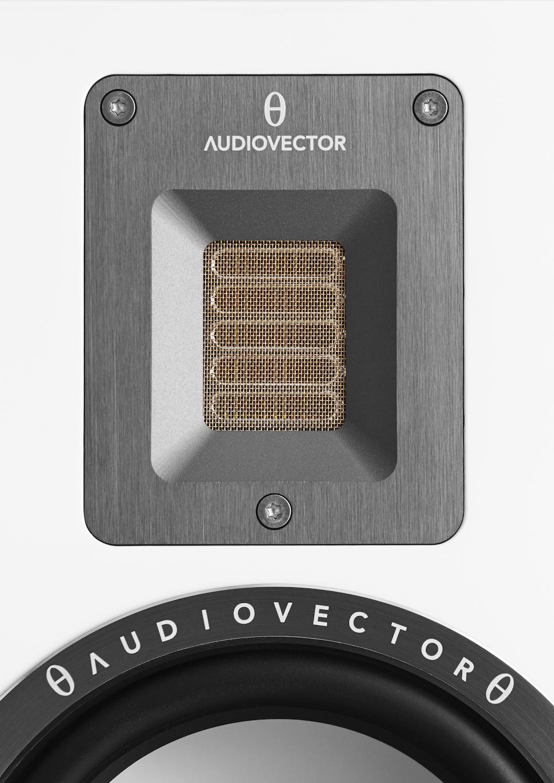 Bånddiskanter har fordelen av å være tilnærmet vektløse, slik at de reagerer lynraskt på svingningene. QR3 har fått et lite filter som demper harde s-er og andre sibilanter, uten at det skal gå utover detaljrikdommen. Foto: Audiovector
