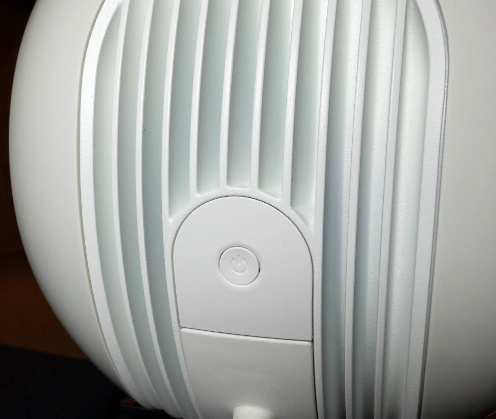 Knappen på baksiden brukes til å resette høyttalerne. Foto: Geir Gråbein Nordby