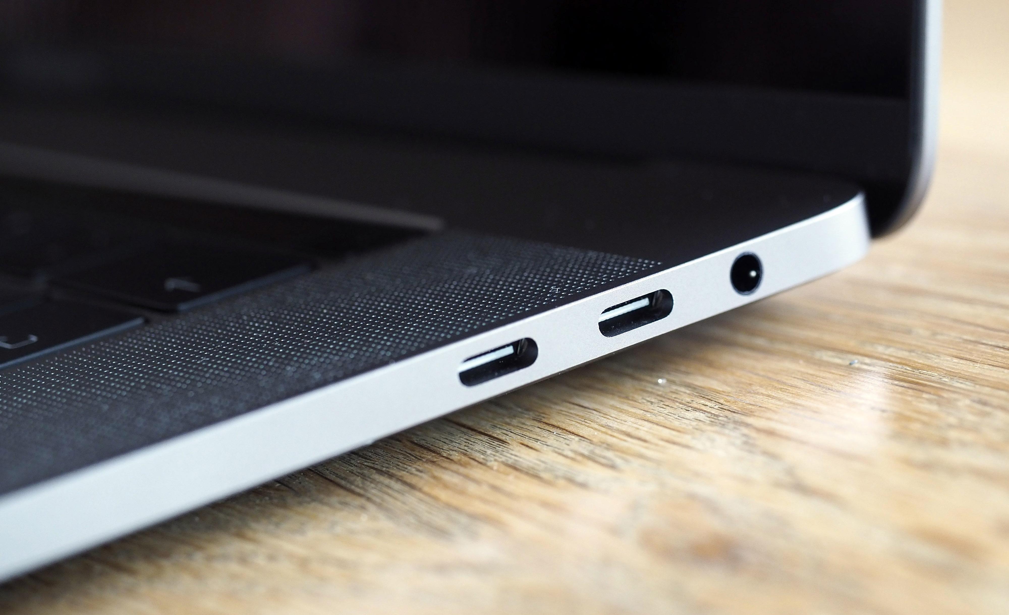USB-C og hodetelefonutgang, er de enste tilkoblingene.