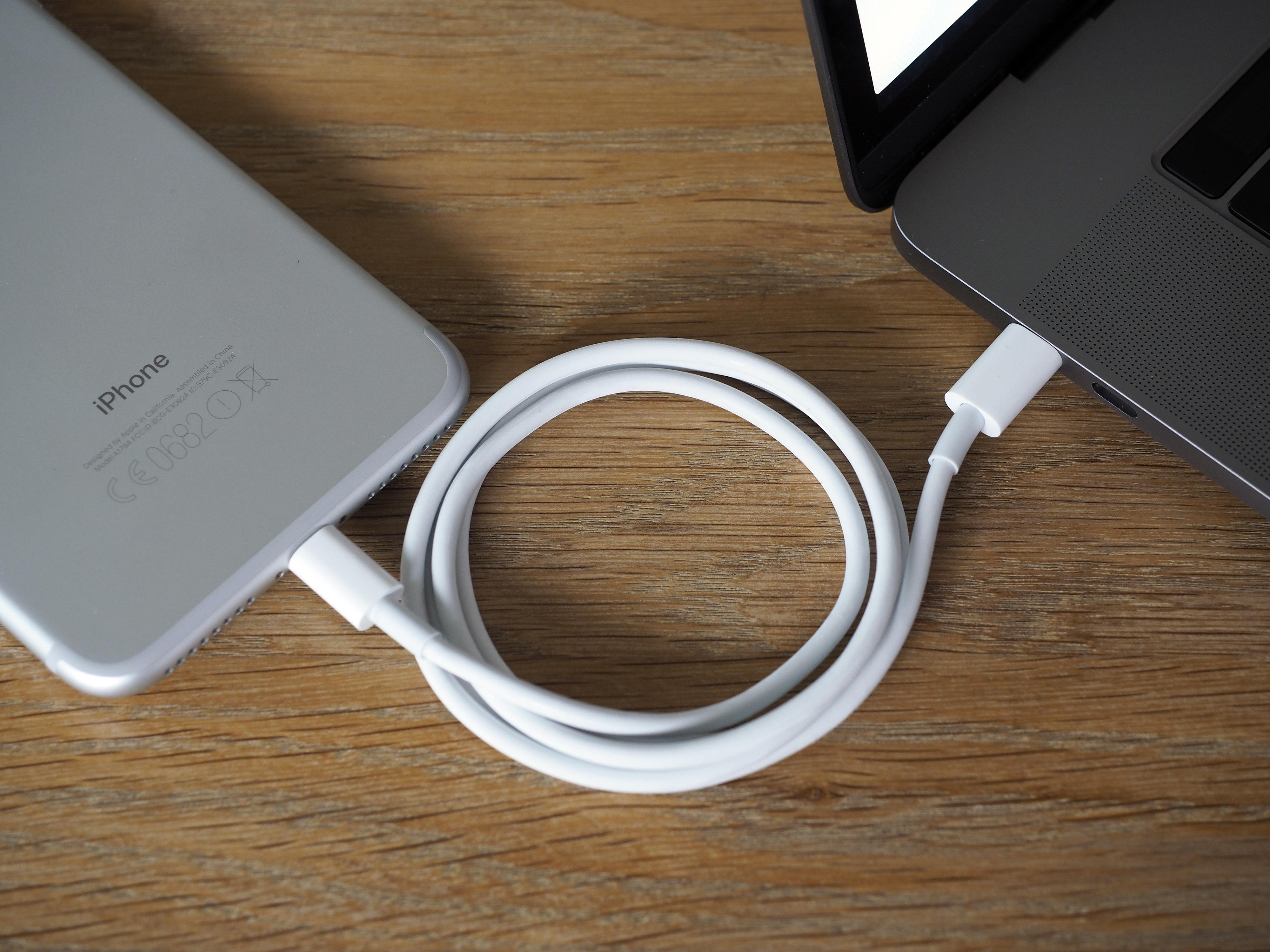 Skal du lade iPhone, trenger du en ekstra USB-C til Lightning-kabel.