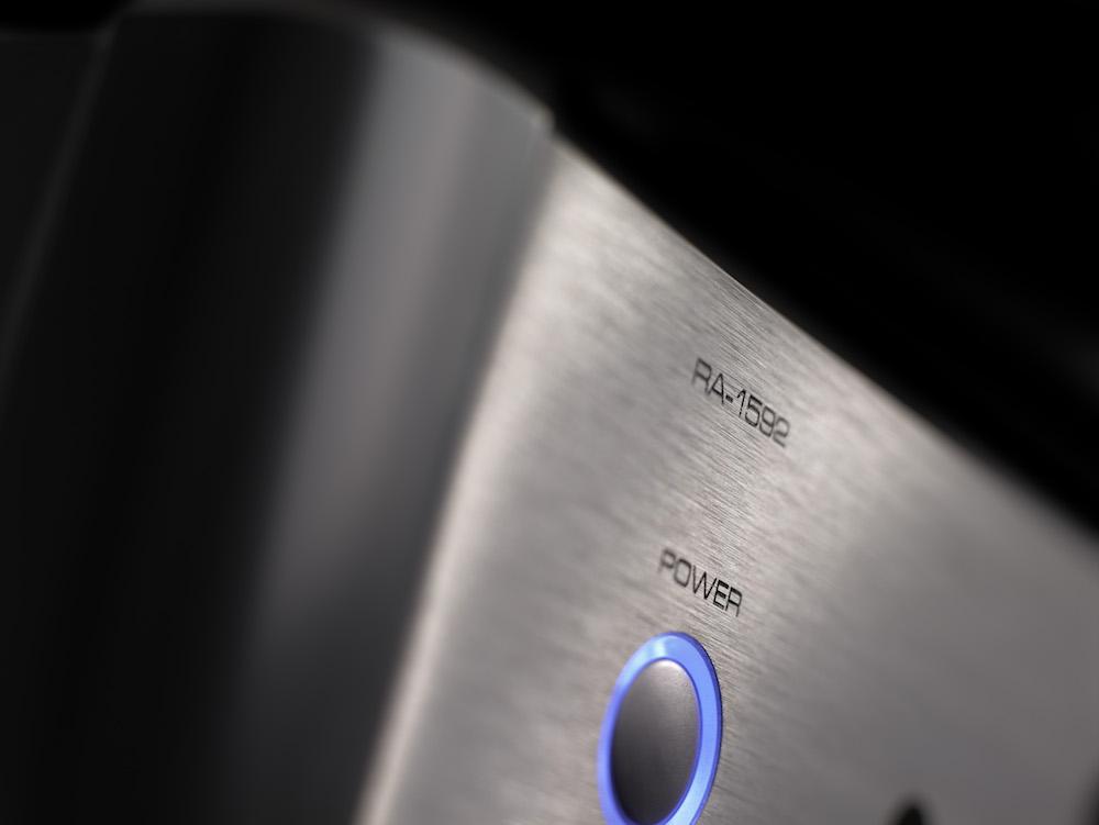 Diskré blått lys står fint mot sølvfarget finish i børstet aluminium. Foto: Rotel