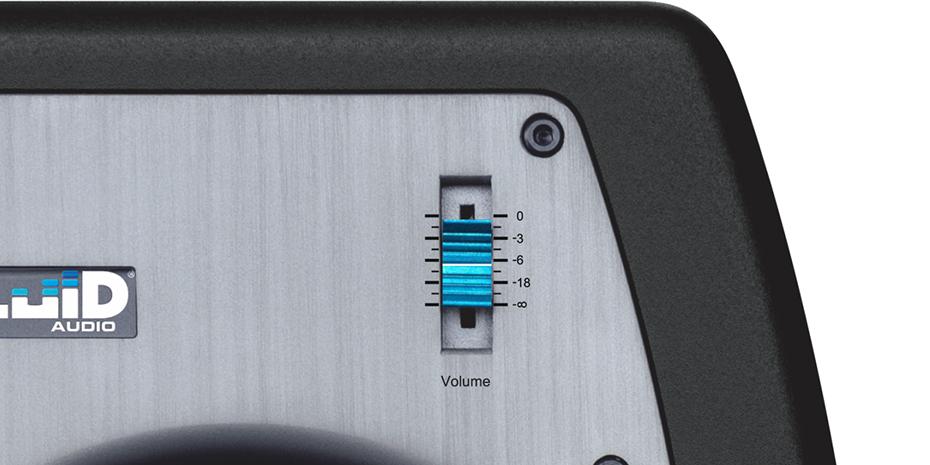 Volumkontrollen foran på høyttaleren bør settes ned til -18dB for å minske egenstøy. Foto: Fluid Audio