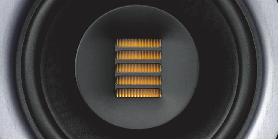 FPX7 skiller seg ut med sitt koaksialelement hvor en bånddiskant sitter i midten av basselementet. Foto: Fluid Audio