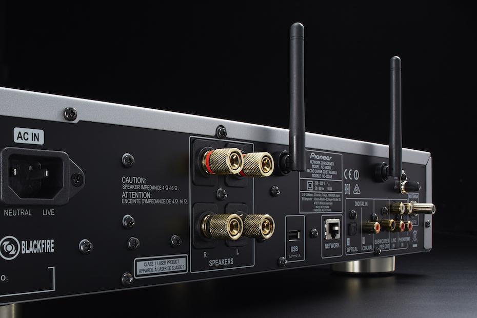 På baksiden finner du alt du trenger av innganger: digitale, nettverk, platespillerinngang, you name it! Det eneste vi savner er USB-DAC-inngang. Foto: Pioneer